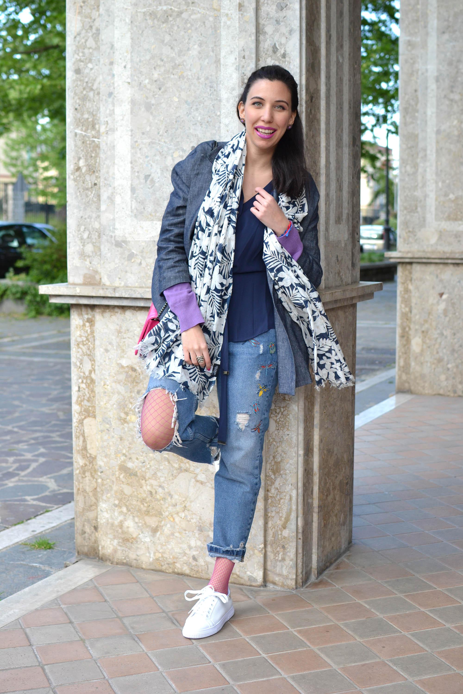 jeans e calze a rete colorate