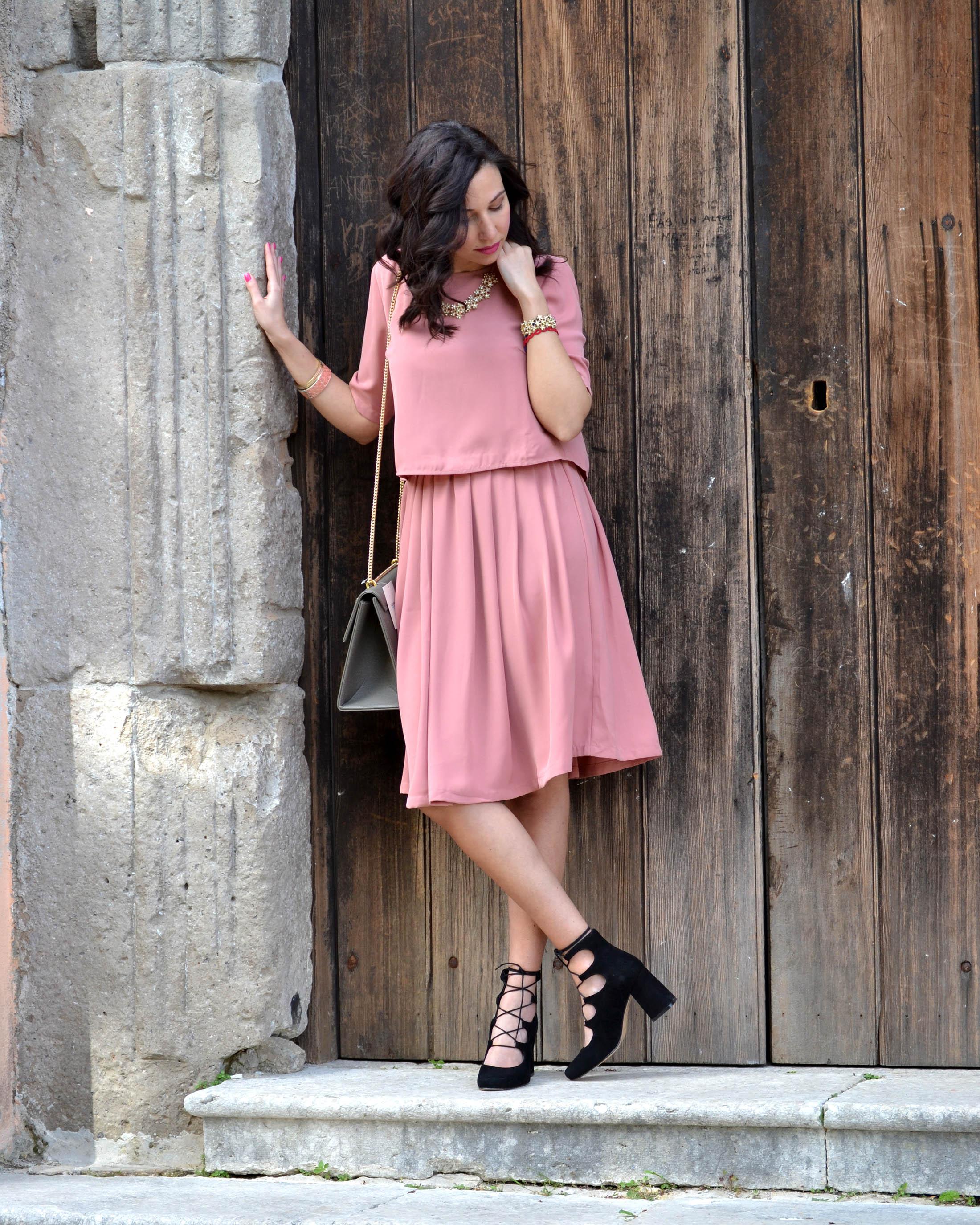 Cerimonia in estate  l abito rosa antico per l invitata - Lo stile ... a488e541f9c