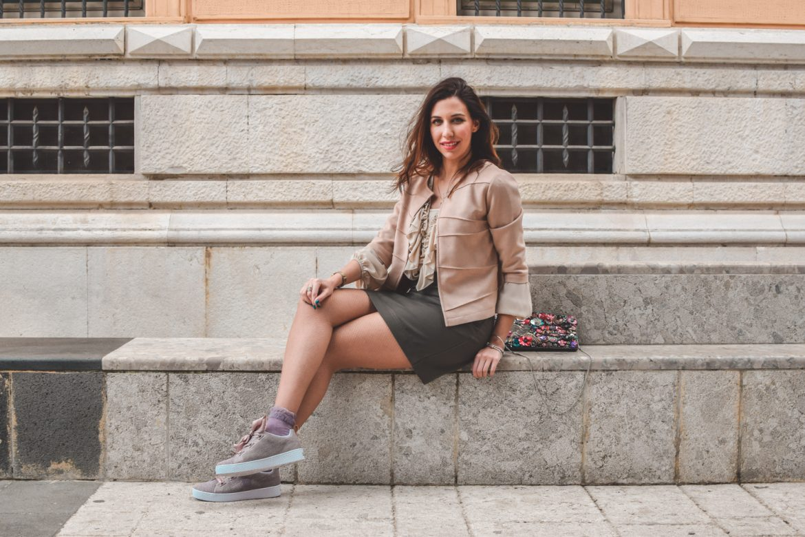 Sneakers con lacci in raso e look dai toni neutri